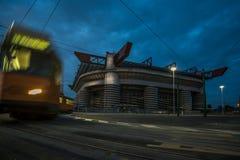 San Siro Stadion von Mailand nachts mit bewölktem Himmel und Tram lizenzfreie stockfotos