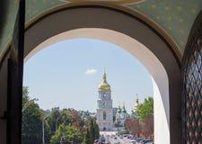 San Sophia Cathedral tramite il portone aperto del monastero, Kiev, Regno Unito Immagine Stock Libera da Diritti