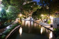 San storico Antonio River Walk alla notte Fotografia Stock