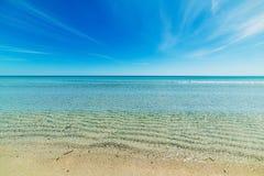 San Teodoro linia brzegowa pod niebieskim niebem Fotografia Royalty Free