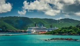 San Tommaso/Isole Vergini americane - 31 ottobre 2007: Visualizzazione sul retro delle navi da crociera messe in bacino in porta Immagine Stock Libera da Diritti