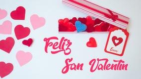 San ValentineÂs daggarnering gjorde withabox med gummies för hjärtagelébönor och röda och rosa pappers- hjärtor Vängåva royaltyfria foton