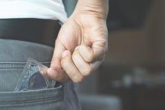 San Valentino, c'è un rischio di fare sesso degli adolescenti Deve essere protetto ogni volta con un preservativo prima di fare s fotografia stock libera da diritti
