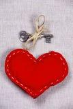 San Valentino - chiave a cuore su un tessuto Fotografia Stock Libera da Diritti