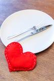 San Valentino - cuore rosso fatto a mano con la coltelleria Fotografie Stock Libere da Diritti