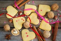 San Valentino del fondo con i biscotti sotto forma di un cuore, Fotografia Stock Libera da Diritti