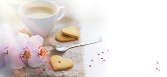 San Valentino del fondo con l'orchidea rosa, caffè, biscotti, lui Immagini Stock