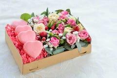 San Valentino in forma di cuore del maccherone francese, la scatola con flowe Fotografie Stock Libere da Diritti