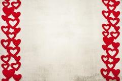 San Valentino il 14 febbraio è un fondo grigio chiaro minimalistic alla moda del cemento con una struttura dei cuori rossi a dest fotografia stock libera da diritti
