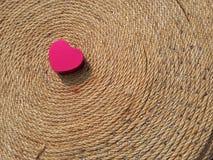 San Valentino rosso felice del cuore su terra nera Fotografie Stock Libere da Diritti