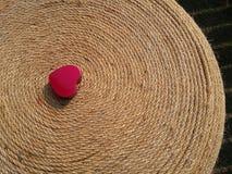 San Valentino rosso felice del cuore su terra nera Immagine Stock Libera da Diritti