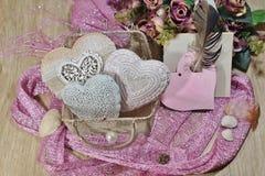 San Valentino in tonalità del rosa - cuori nella borsa della maglia Fotografia Stock Libera da Diritti