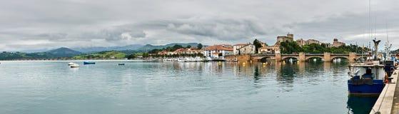 San Vicente de la Barquera från hamnen royaltyfri fotografi
