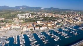 San Vincenzo, Italië Stad zoals die van de lucht wordt gezien Stock Afbeelding