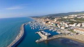 San Vincenzo, Italië Stad zoals die van de lucht wordt gezien Stock Afbeeldingen