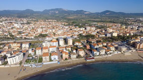 San Vincenzo, Italie Ville comme vu de l'air photographie stock libre de droits