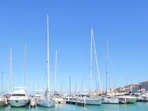San Vincenzo, Italien Solig dag i hamn Sikt av yachter som f?rt?jas i en liten kuststad royaltyfri foto