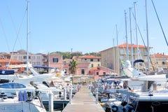 San Vincenzo, Italien Solig dag i hamn Sikt av yachter som f?rt?jas i en liten kuststad arkivfoton