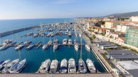 San Vincenzo, Italien Stadt, wie von der Luft gesehen Lizenzfreie Stockfotos