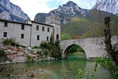 San Vittore abbotskloster, Marche, Genga, Italien Arkivfoton