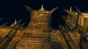 San Vitus Cathedral alla notte, vista di angolo basso La più grande e chiesa più importante nel paese Praga, ceca stock footage