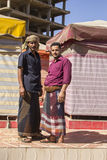 SANAA JEMEN, GRUDZIEŃ, - 21: Dwa Jemeńskiego mężczyzna w tradycyjnej sukni na ulicie na GRUDNIU 21, 2014 w Sanaa Obrazy Stock