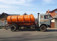 Sanacja ciężarówka parkujący na boku intymni domy Szamba czyści pojęcie obraz royalty free