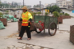 Sanacja pracownicy ciągną śmieciarską ciężarówkę zdjęcia stock