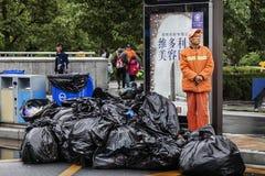 Sanacja pracownicy czeka odtransportowywać śmieci obraz royalty free