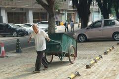 Sanacja pracownicy w śmieciarskim usunięciu zdjęcia royalty free