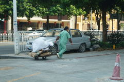 Sanacja pracownik wlec śmieci Obrazy Stock