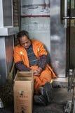 Sanacja pracownika dosypianie na ulicie fotografia stock