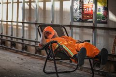 Sanacja pracownika dosypianie na ulicie zdjęcia royalty free