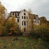 Sanatorium ruiné, longtemps abandonné et envahi par nature Photos libres de droits