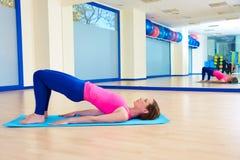 Séance d'entraînement d'exercice de pont d'épaule de femme de Pilates Photographie stock libre de droits
