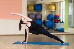 Sanchalanasana d'Ashva de pose de yoga de femme Image stock