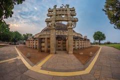 Sanchi Stupa, Madhya Pradesh, Ινδία Αρχαίο βουδιστικό κτήριο, μυστήριο θρησκείας, χαρασμένη πέτρα Ουρανός ανατολής Στοκ εικόνες με δικαίωμα ελεύθερης χρήσης