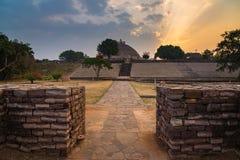 Sanchi Stupa, Madhya Pradesh, Индия Старое буддийское здание, тайна вероисповедания, высекло камень Небо восхода солнца Стоковое Фото