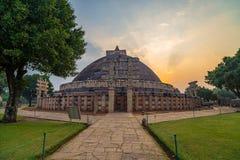 Sanchi Stupa, Madhya Pradesh, Индия Старое буддийское здание, тайна вероисповедания, высекло камень Небо восхода солнца Стоковые Фотографии RF