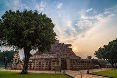 Sanchi Stupa, Madhya Pradesh, la India El edificio budista antiguo, misterio de la religión, talló la piedra Cielo de la salida d foto de archivo libre de regalías