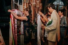 Sanctifie des diplômés dans l'église photos stock