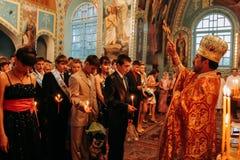 Sanctifie des diplômés dans l'église images stock