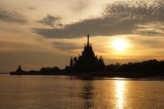 Sanctuaire de la vérité (palais en bois) sur la plage en Thaïlande Photographie stock