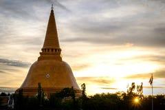 Sanctuaire de Phra Pathom Chedi de coucher du soleil le plus grand est une partie essentielle de Th Images libres de droits