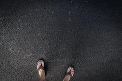Sandália na estrada do asfalto imagens de stock
