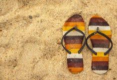Sandália velha na areia Fotografia de Stock Royalty Free