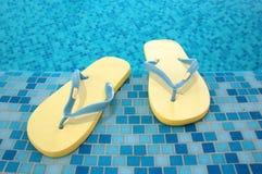 Sandálias amarelas no azul Imagens de Stock