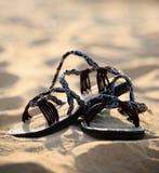 Sandálias azuis na areia Fotografia de Stock