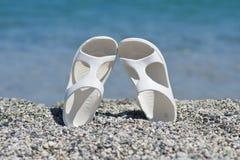 Sandálias brancas na praia Foto de Stock