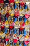 Sandálias coloridas dos calçados das senhoras para a venda no mercado, calçados foto de stock royalty free